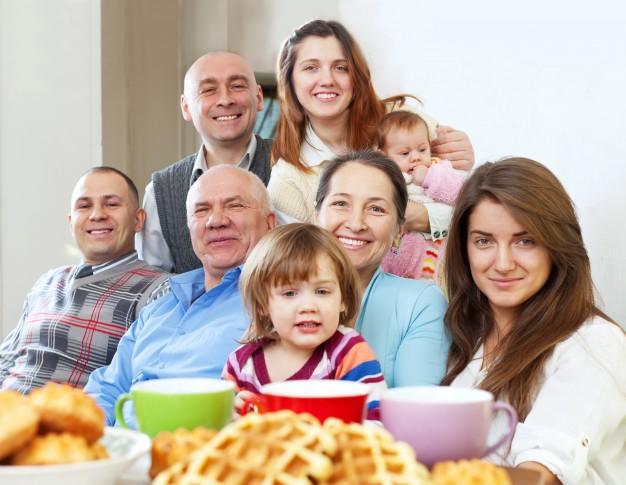 duża-rodzina-szczęśliwa-z-herbatą_1398-171
