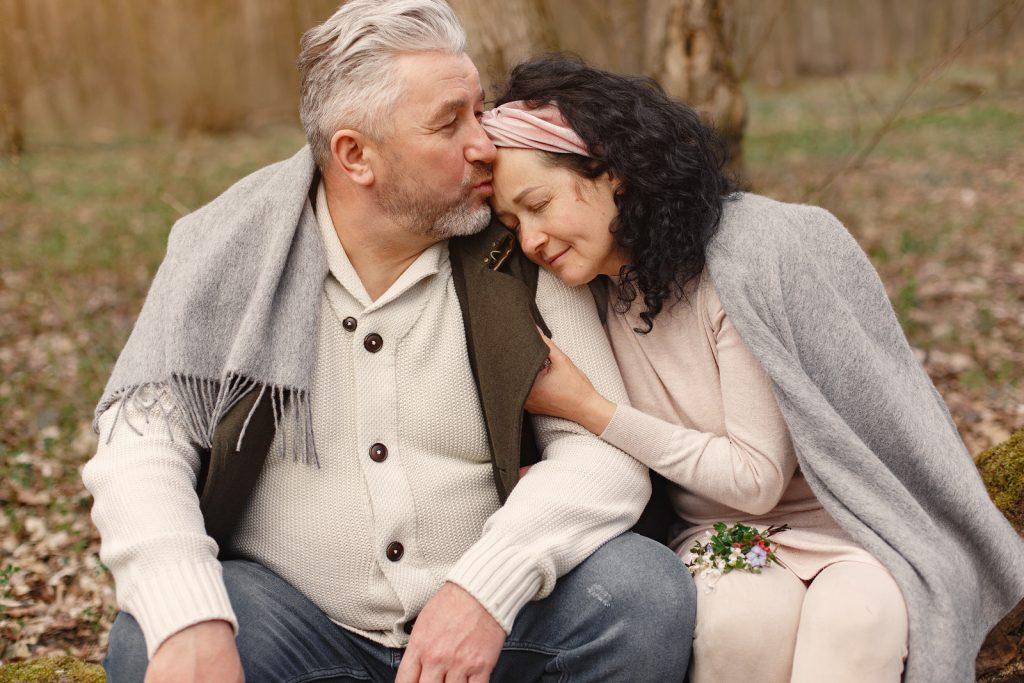 Fundacja- TakdlaZdrowia- happy-senior-couple-hugging-in-autumn-park-szczęście- senior-